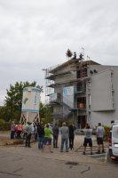 Hoch oben steht der Richtbaum.; Quelle: Badischer Landesverein für Innere Mission / Simon Scholtz