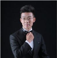 Junger Mann in schwarzem Anzug und mit schwarzer Fliege.; Quelle: LMN Oberrhein e.V./privat