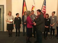 Die Präsidentin des Frauenclubs, Annerose Lauterwasser (links), übergibt die Förderung an Einrichtungsleiterin Beatrix Wieß (rechts).; Quelle: Badischer Landesverein für Innere Mission / Dr. Raimund Bauer