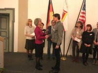Hier erhält Stephan Lauinger vom ABW-Leitungsteam (rechts) die Förderung.; Quelle: Badischer Landesverein für Innere Mission / Dr. Raimund Bauer