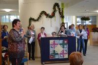 Beatrix Wieß (links) begrüßte Bewohnerinnen und Bewohner und Gäste.; Quelle: Badischer Landesverein für Innere Mission/Marina Mandery