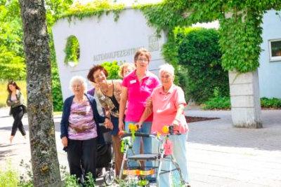 Jüngere und Ältere vor dem Altenhilfezentrum Waldstadt; Quelle: Badischer Landesverein für Innere Mission